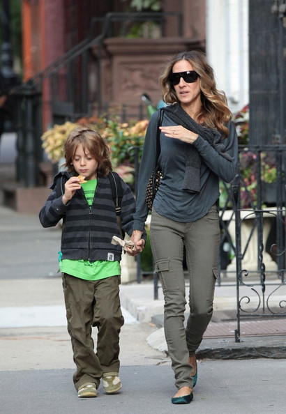 sarah jessica parker green trousers and shirt with kid